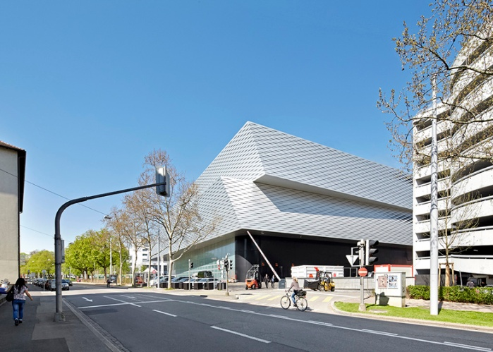 Dezeen_Messe-Basel-New-Hall-by-Herzog-and-de-Meuron-photographed-by-Hufton-and-Crow_ss_13